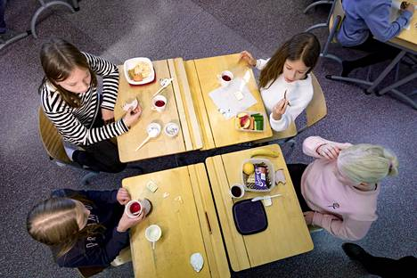 JHL:n lakon takia joissain Helsingin kouluissa on tarjolla vain eväslounas. Veräjälaakson koulussa osalla oppilaista oli omiakin eväitä mukana.
