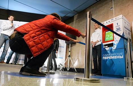 Moskovan metrossa kokeiltiin perjantaina laitetta, joka antaa ilmaiseksi matkalipun, jos onnistuu tekemään 30 jalkakyykkyä.