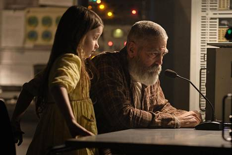 Augustine Lofthouse (George Clooney) luulee olevansa maapallon viimeinen elävä ihminen, kunnes törmää Iris-tyttöön (Caoilinn Springall).