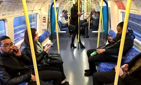 Matkustajia Lontoon metrossa.