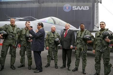 Ruotsin puolustusministeri Peter Hultqvist (keskellä) esitteli uutta Gripen E -hävittäjää Ruotsin Lingköpingissä vuonna 2016.