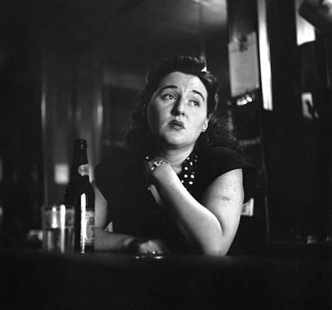 """""""Naispuolinen baarityöntekijä lakossa."""" New York, 1950. Naispuolinen baarityöntekijä on lakossa, sillä miehet eivät päästäneet naisia baareihin."""