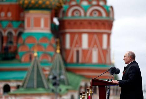Venäjän presidentti Vladimir Putin puhui sotilashenkilöstölle ja veteraaneille Moskovassa Punaisella torilla voitonpäivän viettämisen yhteydessä ennen vuosittaista sotilasparaatia.