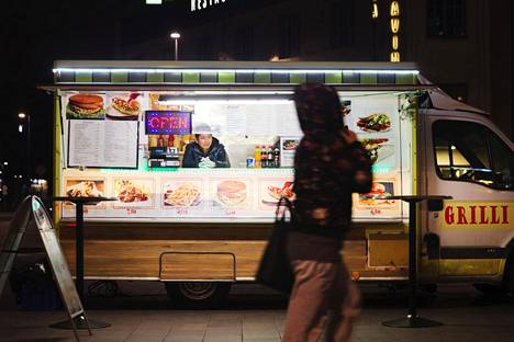 Hugo Nguyen myi grilliruokaa pakettiautoon rakennetusta grillistä huhtikuussa Helsingin rautatieaseman edustalla.