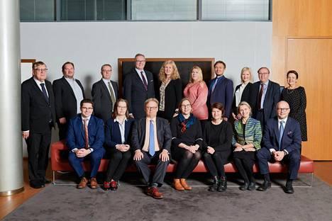 VTV:n neuvottelukuntaan kuuluu 20 jäsentä, joista kahdeksan on kansanedustajia. Keskellä alarivissä sinisessä solmiossa puheenjohtaja Juhana Vartiainen (kok) ja hänen oikealla puolellaan VTV:n pääjohtaja Tytti Yli-Viikari.