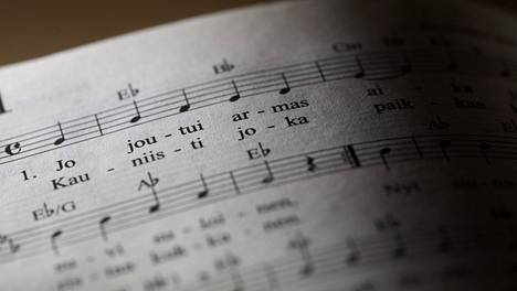 Suvivirren laulaminen kuuluu monen peruskoulun kevätjuhlaperinteisiin. Tänä vuonna se jää kuitenkin välistä monissa kouluissa.