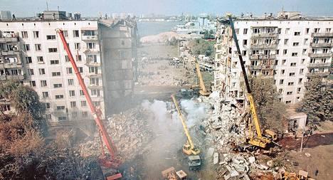 Venäjän hätätilaministeriön väki siivosi öisen räjähdyksen jälkiä Gurjanovka-kadulla Moskovassa syyskuun 9. päivänä 1999. Terrori-isku yhdeksänkerroksiseen asuintaloon surmasi 94 ihmistä.