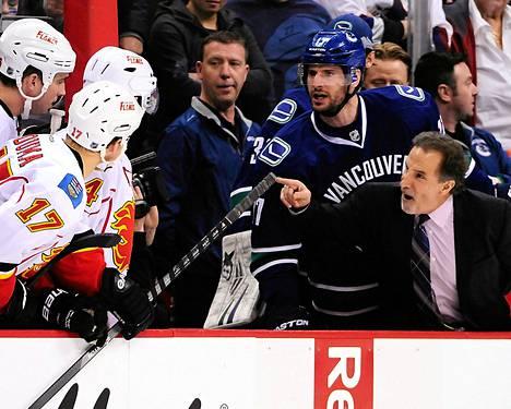 Vancouverin valmentaja John Tortorella jakoi ohjeita väärälle joukkueelle eli Calgarylle lauantaina.