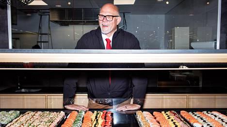 Kaikki pitivät automarketin sushitehdasta hulluna ajatuksena. Kauppias Markku Hautala oli nähnyt ulkomaiden vähittäiskaupoissa, että sushibuffet on tulevaisuutta. Nyt kauppa myy 1300 kiloa sushia viikossa.