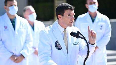 Valkoisen talon lääkäri Sean Conley tiedotustilaisuudessa Walter Reedin sairaalan edustalla sunnuntaina 4. lokakuuta.