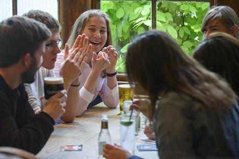 Venla Karppinen, 19, viettää opiskelijaelämää Oxfordissa. Viime lauantaina hän istui pubissa kavereidensa kanssa.