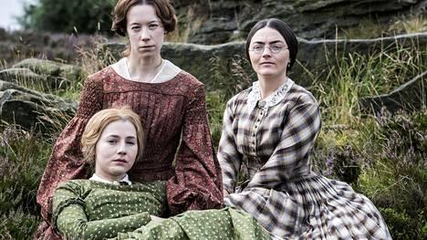 Yorkshireläiset Brontën siskokset Anne (Charlie Murphy, vas.), Emily (Chloe Pirrie) ja Charlotte (Finn Atkins) nousivat menestyskirjailijoiksi 1800-luvulla.