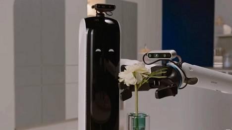 Samsungin mainosvideolla Bot Handy -robotti kattaa ja koristelee ruokapöydän.
