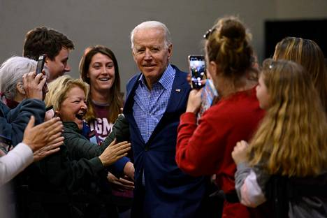 Presidentiksi pyrkivä demokraattiehdokas Joe Biden kannattajiensa ympäröimänä Conwayssa Etelä-Carolinassa torstaina.