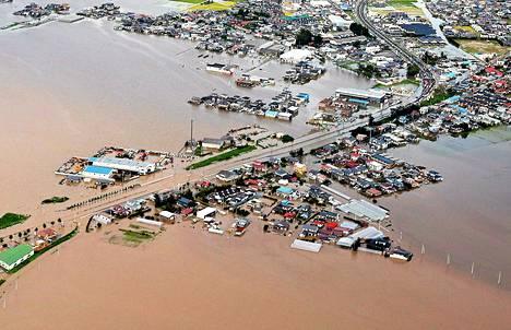 Ilmakuva näyttää, kuinka Shibui-joki on tulvinyt rankkasateiden jäljiltä Osakissa, Japanissa. Tulvat ovat siirtäneet taloja ja saaneet aikaan maanvyöryjä.