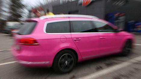 Tyylikyydillä pikkujouluihin? Tältä näyttää limusiinin, pinkin taksin ja karaokepakun kyydissä