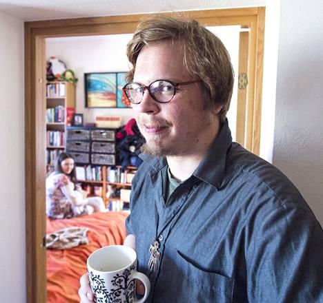 Savukeitaan kustantaja, runoilija Ville Hytönen asuu tätä nykyä Tallinnassa.