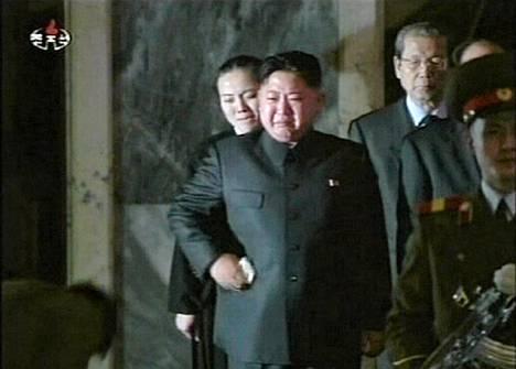 Kim Jong-un vieraili isänsä arkun äärellä jälleen eilen. Pohjois-Korean televisio välitti tapahtumasta videokuvaa tänään.