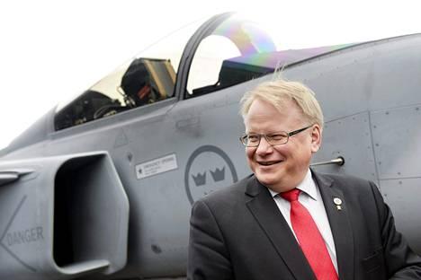 Ruotsin puolustusministeri Peter Hultqvist uuden Gripen-hävittäjän esittelytilaisuudessa Linköpingissä viime vuoden toukokuussa.