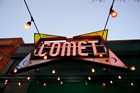 Kuva hyökkäyksen kohteeksi joutuneen Comet Ping Pong -pizzerian julkisivusta.