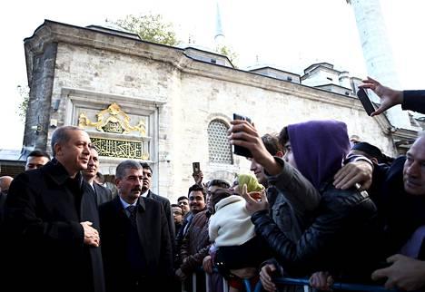 Turkin presidentti Recep Tayyip Erdoğan tapasi kannattajiaan vierailtuaan Eyup Sultan -moskeijassa Istanbulissa maanantaina.