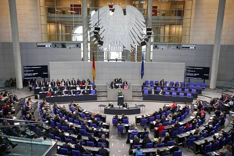 Saksan liittokansleri Angela Merkel puhui Saksan parlamentille marraskuun lopussa. Venäjän epäiltiin hyökänneen parlamentin verkkoihin myös toukokuussa, kun parlamentin tietoliikenneyhteydet katkesivat jopa päiviksi.