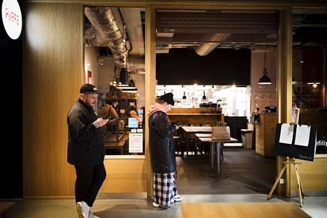Johanna Lindberg ja Samuli Lindberg odottamassa noutoannosta Kampissa ravintola Pobren edustalla.