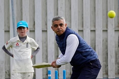 Lontoon pormestari Sadiq Khan pelasi krikettiä kampanjoidessaan huhtikuussa. Myös Lontoon pormestarivaalit pidetään torstain suurena vaalipäivänä.
