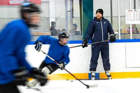 Entinen liigapelaaja Niko Nieminen valmentaa nykyisin espoolaisia kiekkojunioreita. Hän veti harjoituksia Bluesin junioreille Espoon Warrior Areenan jäällä.