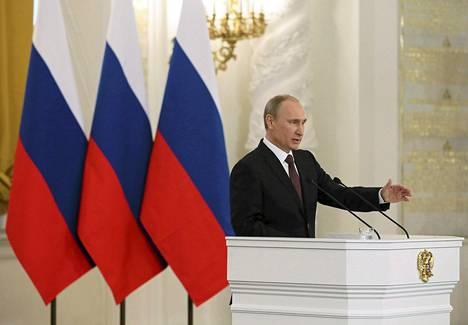 Presidentti Vladimir Putin puhuu duumalle.