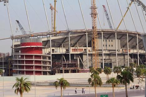 Dohan Khalifa-stadion on yksi Qatarin vuoden 2022 jalkapallon MM-kisojen pelipaikoista. Maata on syytetty siirtotyöläisten hyväksikäytöstä kilpailupaikkojen rakennustyömailla. Kuva on syyskuulta 2015.