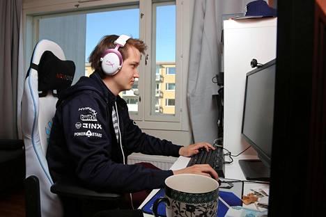 """Lasse Urpalainen """"toimistollaan"""" eli kotonaan Vantaalla. Hän elättää itsensä pelaamalla Dota 2 -tietokonepeliä."""