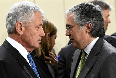 Yhdysvaltain puolustusministeri Chuck Hagel (vas.) ja Portugalin puolustusministeri Jose Pedro Aguiar Branco keskustelivat Brysselissä torstaina.