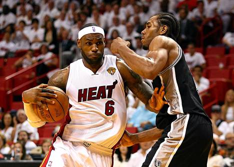LeBron James (vas.) hävisi taistelun Kawhi Leonardia vastaan.