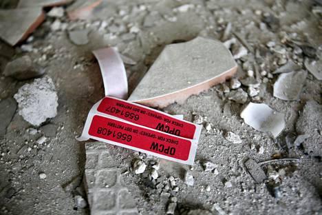 Damaskoslaisesta rakennuksessa löytyneitä OPCW:n tarroja huhtikuussa 2018.