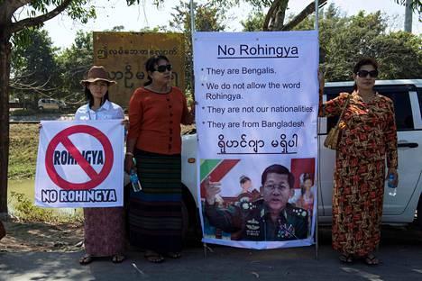 """Myanmarin asevoimien komentajan tukijat osoittivat mieltään rohingya-muslimeja vastaan helmikuussa 2017. Mielenosoittajien kylteissä luki """"He ovat bengaleja"""", """"Me emme hyväksy sanaa rohingya"""", """"He eivät kuulu kansalaisiimme"""" ja """"He ovat Bangladeshista""""."""