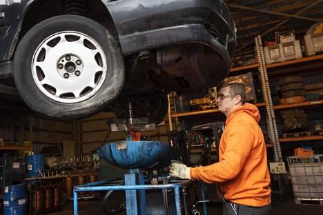"""Joni Mustonen """"kuivaa"""" autoa poraamalla öljysäiliön auki."""