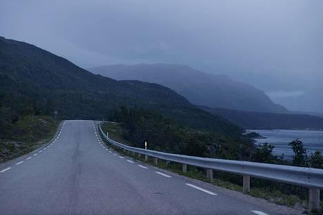 Norjan tiet kulkevat usein meren tai vuonon rantaa vuorten reunustamina. Kuva Børselvin eli Pyssyjoen kylästä Pohjois-Norjasta.