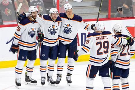 Connor McDavidin (toinen vas.) tekemää maalia juhlivat hänen kanssaan Edmonton Oilersin joukkuetoverit Darnell Nurse, Jesse Puljujärvi, Leon Draisaitl ja Tyson Barrie.