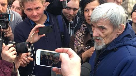 Historioitsija Juri Dmitrijev kuvattuna Petroskoissa oikeudenkäynnin jälkeen huhtikuussa 2018.