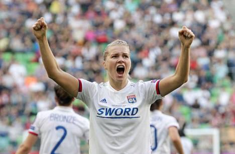 Ada Hegerberg juhlii hattutemppuaan naisten Mestarien liigan finaalissa Unkarissa.