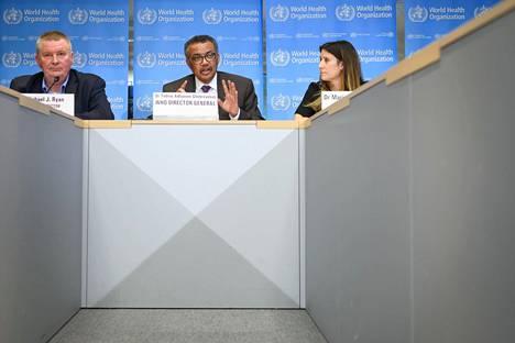 Maailman terveysjärjestö WHO:n johtajistoon kuuluvat Michael Ryan (vas.), Tedros Adhanom Ghebreyesus ja Lead Maria Van Kerkhove pitivät koronavirustilannetta koskevaa lehdistötilaisuutta Genevessä helmikuun lopussa.