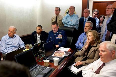 OSAMA BIN LADENIN KOHTALO. Yhdysvaltain presidentti Barack Obama (2. vas.) seurasi muun ulko- ja turvallisuuspoliittisen johdon seurassa Osama bin Ladenin kiinniottoa Valkoisen talon tilannehuoneessa. Bin Laden surmattiin operaatiossa piilopaikassaan Pakistanissa 2. toukokuuta 2011.