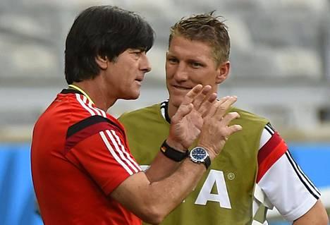 Saksan päävalmentaja Joachim Löw opasti Bastian Schweinsteigeria ennen Brasiliaa vastaan pelattua välierää.