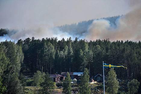 Ljusdalin kunnasta on jouduttu evakuoimaan kymmeniä ihmisiä maastopalojen tieltä.