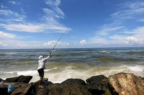 Mies kalasti Sri Lankan Colombossa lokakuun alussa.