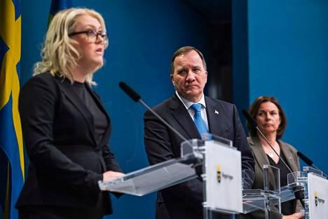 Ruotsin sosiaali- ja terveysministeri Lena Hallengren, pääministeri Stefan Löfven ja varapääminiseri Isabella Lövin 31. maaliskuuta.