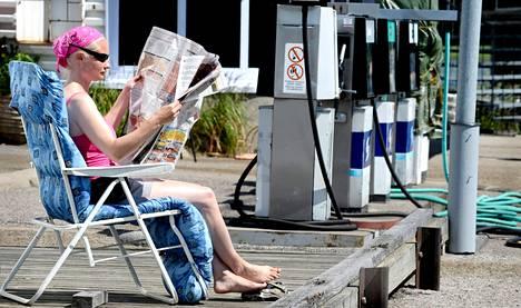 """Helsingin Puotilassa veneille tarkoitettua bensa-asemaa pitävä Sari Hölttä uskoo, että asiakkaita riittää, vaikka hän myykin pääkaupunkiseudun kalleinta bensaa. """"Onhan kaikki muukin kuin bensa kallistunut. Ja ovathan ihmisten palkatkin suuremmat."""""""