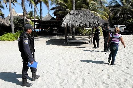 Poliisit vartioivat tiistaina talon lähellä, jossa miesjoukko raiskasi ja pahoinpiteli espanjalaisia turisteja Acapulcossa.
