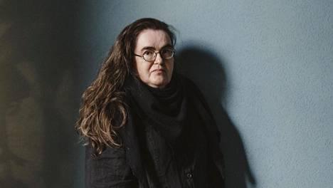 Mustaa valoa on toinen Katriina Huttusen kuolemansuruun kiertyvä kirja.